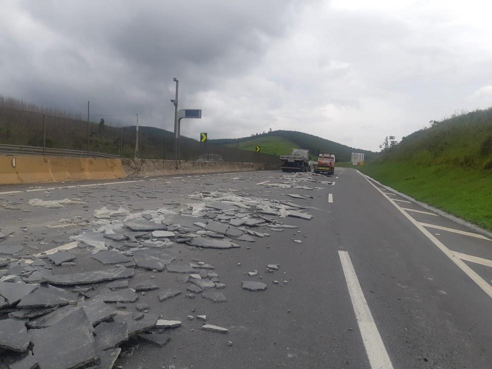 Caminhão carregado com granito tomba e interdita pista da Dutra em Lavrinhas — Foto: Divulgação/ Polícia Rodoviária Federal