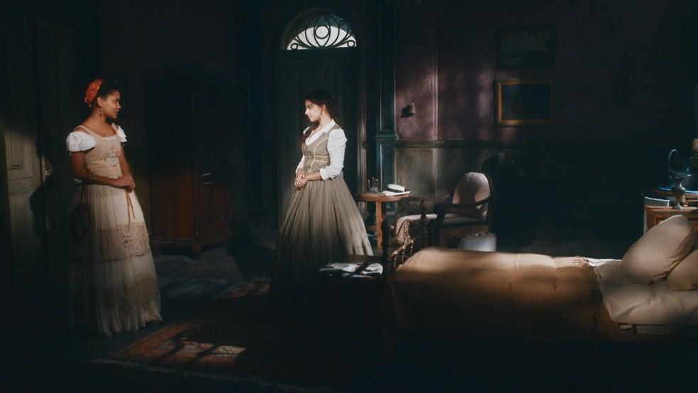 Pilar (Gabriela Medvedovski) retrucará as alfinetadas de Zayla (Heslaine Vieira) em 'Nos Tempos do Imperador' — Foto: Globo