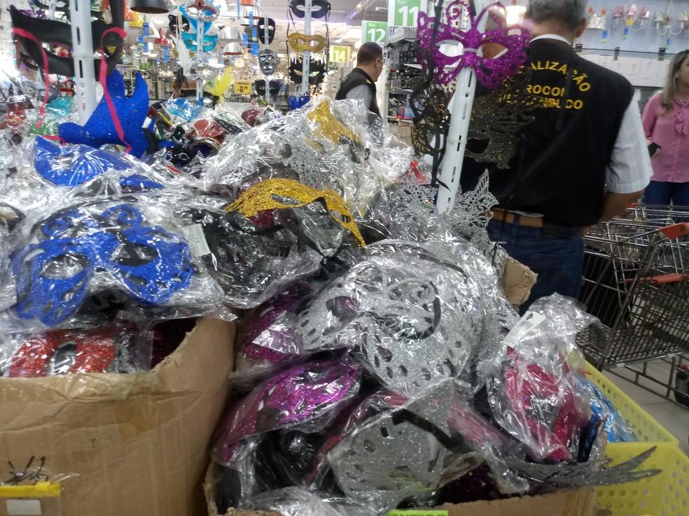 Cerca de 13 mil adereços de carnaval foram apreendidos de loja no Recife — Foto: Procon-PE/Divulgação