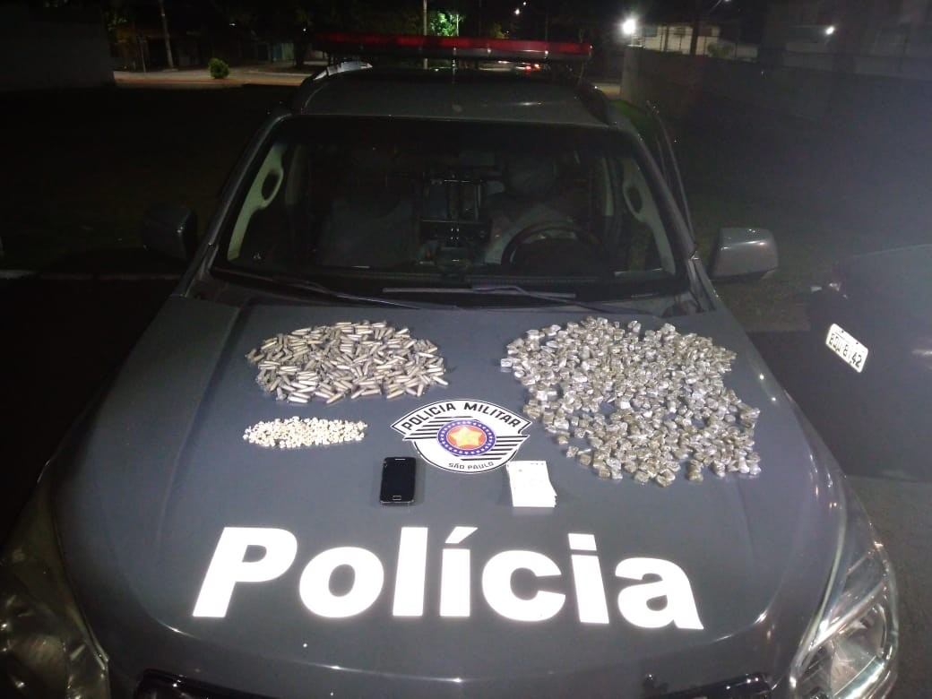 Homem é preso e adolescente detido por tráfico de drogas no Campo dos Alemães em S. José - Notícias - Plantão Diário