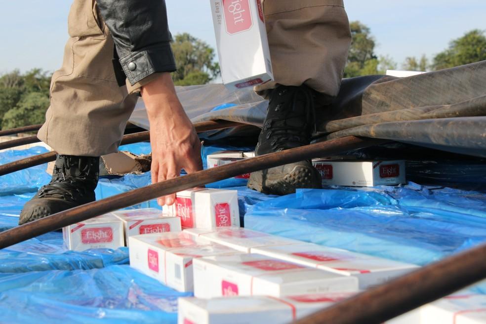 Segundo os motoristas presos por contrabando, cargas de cigarros apreendidos seriam levadas de Mundo Novo (MS) para São Paulo (SP) — Foto: PRF/ Divulgação