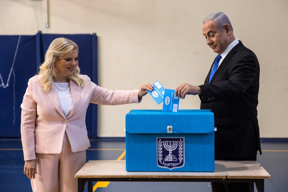 Benjamin Netanyahu e sua mulher Sara votam em Jerusalem, em setembro de 2019 — Foto:  Heidi Levine/Pool/Reuters