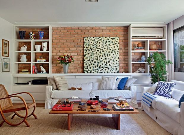 No apartamento da atriz e apresentadora Patricya Travassos, os sofás foram reformados e ganharam capa da Kobylko Estofados e Cortinas. Projeto da designer de interiores Paola Ribeiro (Foto: Denilson Machado/MCA Estúdio)