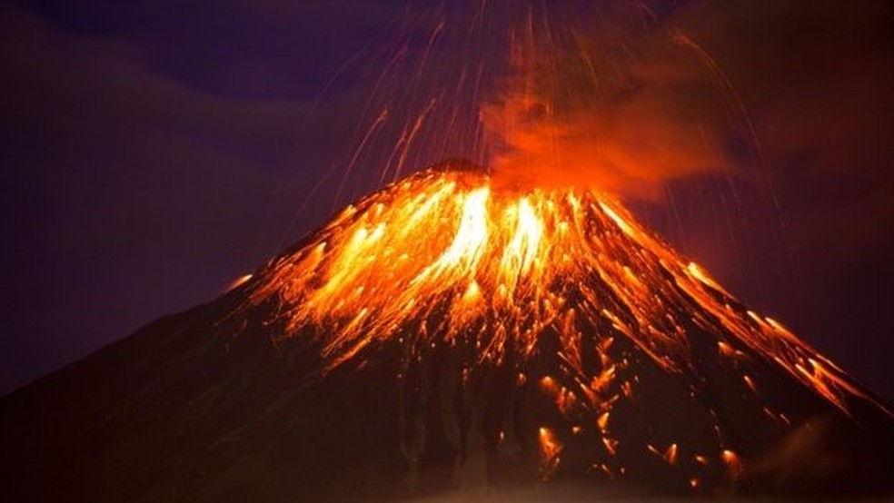Erupção do Tungurahua no Equador em 2016 — Foto: Getty images via BBC