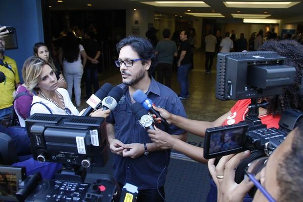 Lúcio Mauro Filho se despede do humorista (Foto: Brazil News)