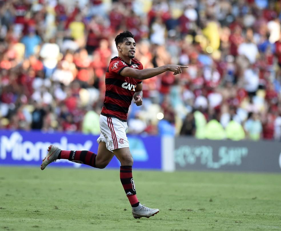 Lucas Paquetá seguirá vestindo o vermelho e preto no Milan, mas com listras verticais na camisa — Foto: André Durão