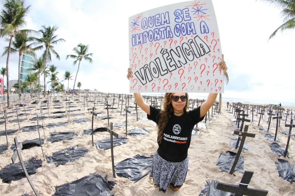 Ato na Praia do Pina, no Recife, pede transparência na divulgação dos índices de violência em Pernambuco (Foto: Marlon Costa/Pernambuco)