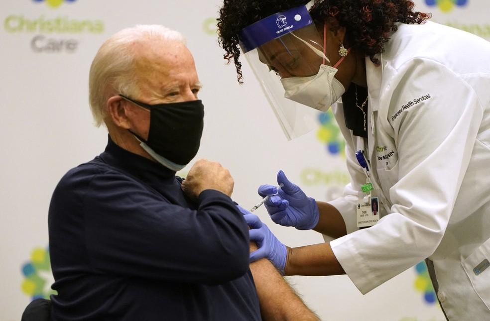 Joe Biden, presidente dos EUA, recebeu 1ª dose de vacina contra a Covid-19 no Hospital Christiana Care em Newark, no Delawere, em 21 de dezembro de 2020 — Foto: Joshua Roberts/Getty Images North America/Getty Images via AFP/Arquivo