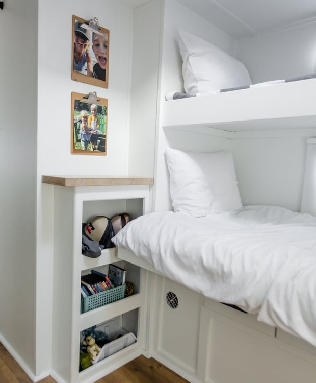 Os armários ficam dentro das paredes e debaixo da cama (Foto: Brianne and Sean Walker/ Reprodução)