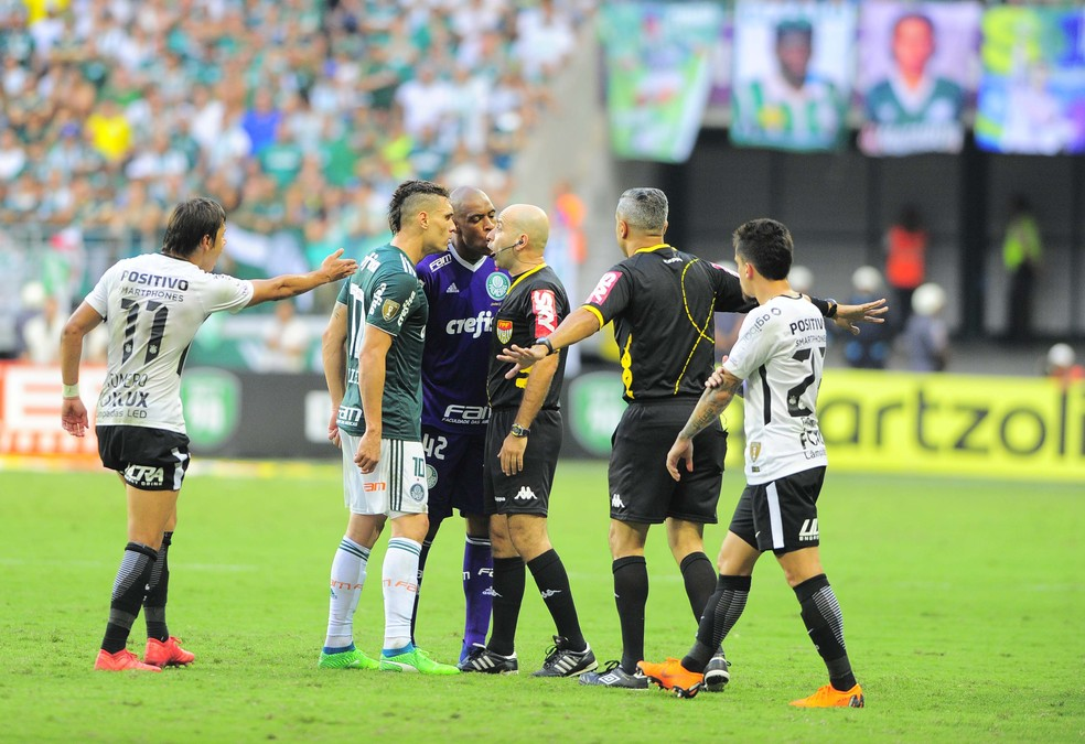 "Jogadores do Palmeiras reclamam com o quartro árbitro Adriano Miranda. O ""árbitro assistente adicional"" (como descrito na súmula) Alberto Poletto Masseira ajudou a tentar conter a revolta dos palmeirenses  (Foto: Marcos Ribolli)"