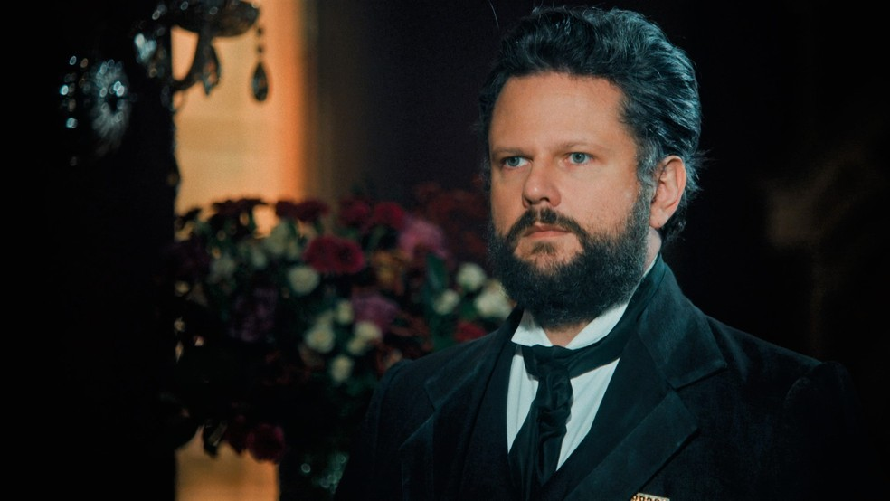 Dom Pedro II (Selton Mello) implora para que Luísa (Mariana Ximenes) não deixe o Brasil em 'Nos Tempos do Imperador' — Foto: Globo