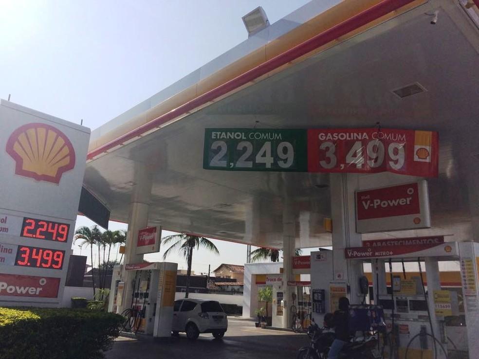 Em Jacareí, postos de combustíveis começaram a repassar reajuste na manhã desta sexta (Foto: Suellen Fernandes/ G1)