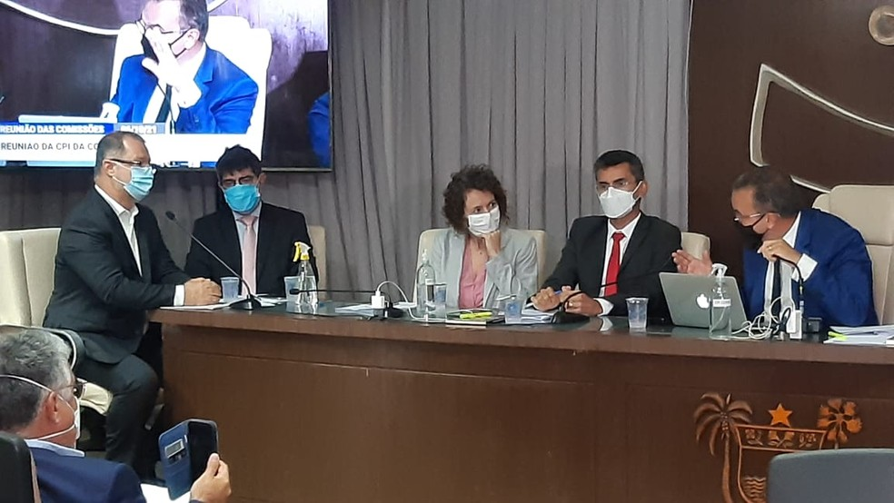 Carlos Gabas (à esquerda, com o microfone) ficou em silêncio durante a CPI da Covid no RN — Foto: Sérgio Henrique Santos/Inter TV Cabugi