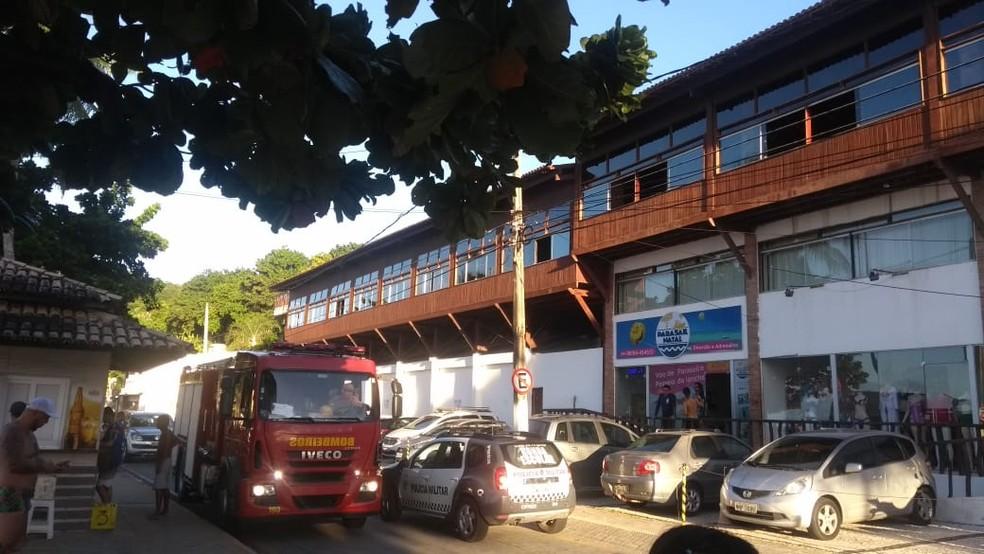 Bombeiros foram acionados após barraca pegar fogo em hotel em Natal — Foto: Acson Freitas/Inter TV Cabugi