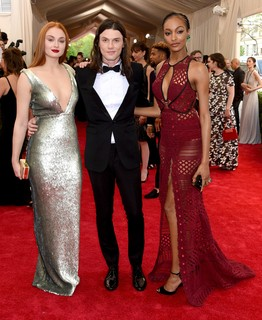 Sophie Turner, de Burberry, James Bay e Jourdan Dunn, também de Burberry