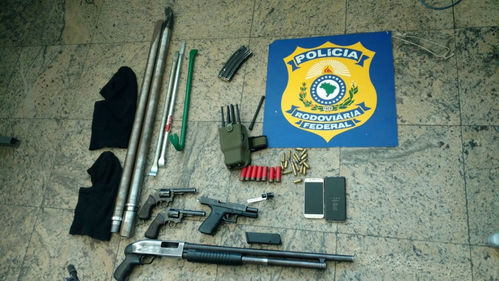 Polícia Rodoviária Federal apreende arma de criminosos após tiroteio e perseguição (Foto: Divulgação / PRF)