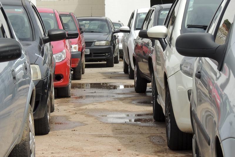 Leilão de automóveis e sucatas oferta 120 veículos conservados, em Cascavel