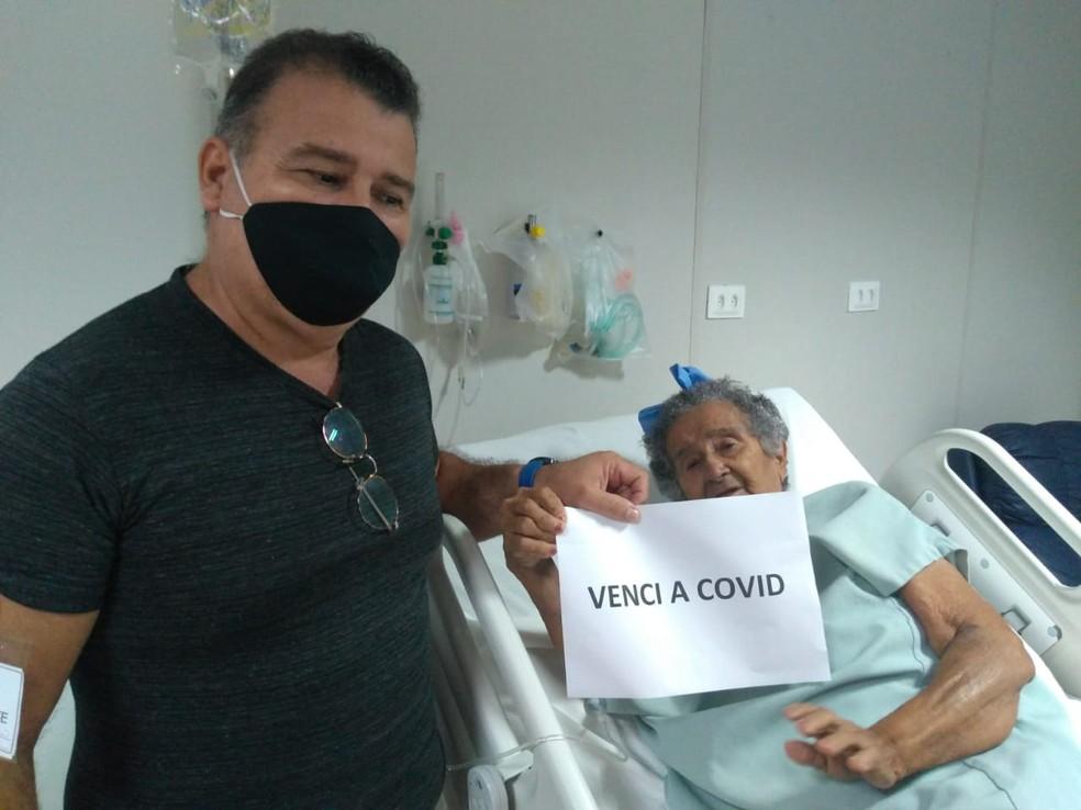 Maria da Conceição ao lado do filho Airton de Castro após passar 20 dias na UTI e 22 internada no hospital com Covid-19 — Foto: Cedida