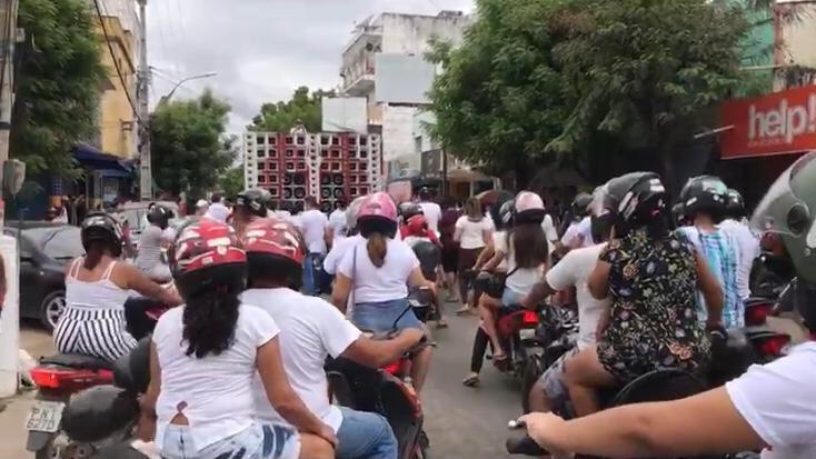 Moradores de Canindé fazem manifestação contra suspeito de matar namorado de ex