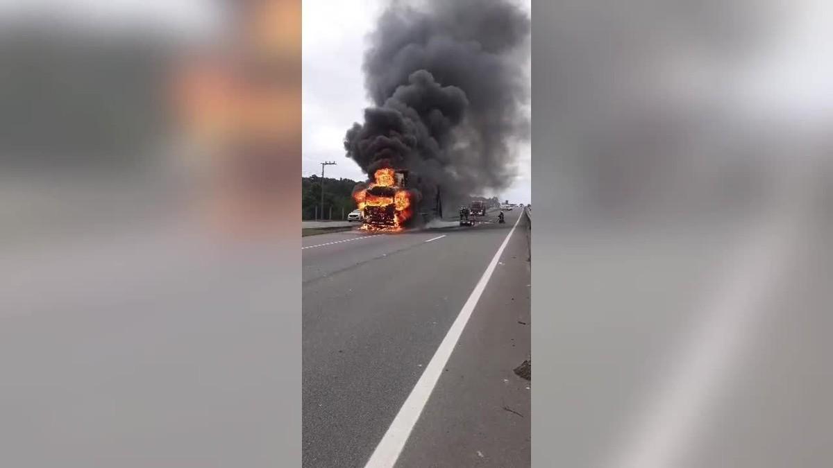 Caminhão é destruído pelo fogo na BR-101 em SC após vazamento de combustível; VÍDEO
