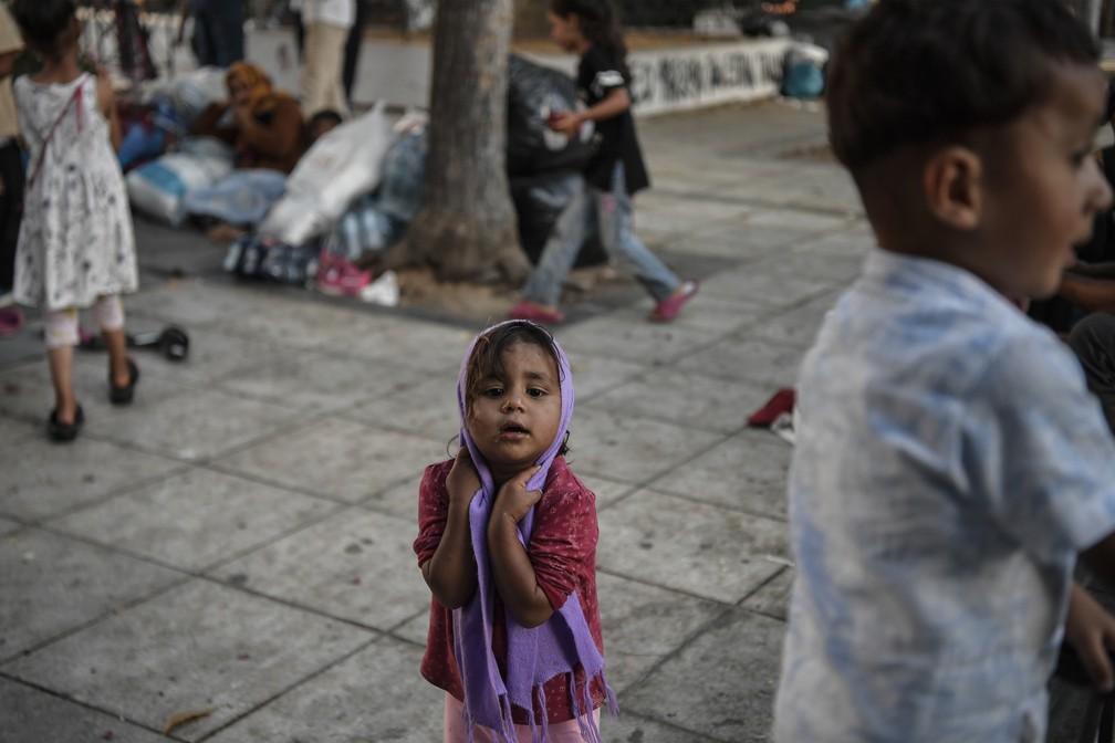 Criança brinca em campo para refugiados do Afeganistão na ilha de Lesbos, na Grécia, em foto de 14 de junho — Foto: Louisa Gouliamaki/AFP