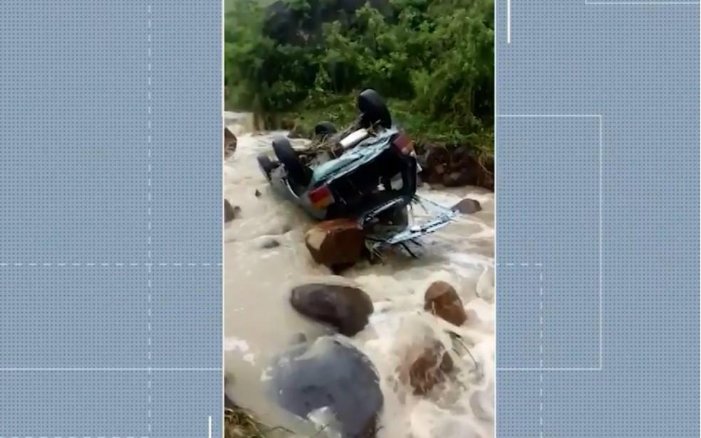 Três corpos foram encontrados após carro ser arrastado por 40m pela chuva na cidade de Coaraci — Foto: Divulgação/TV Bahia