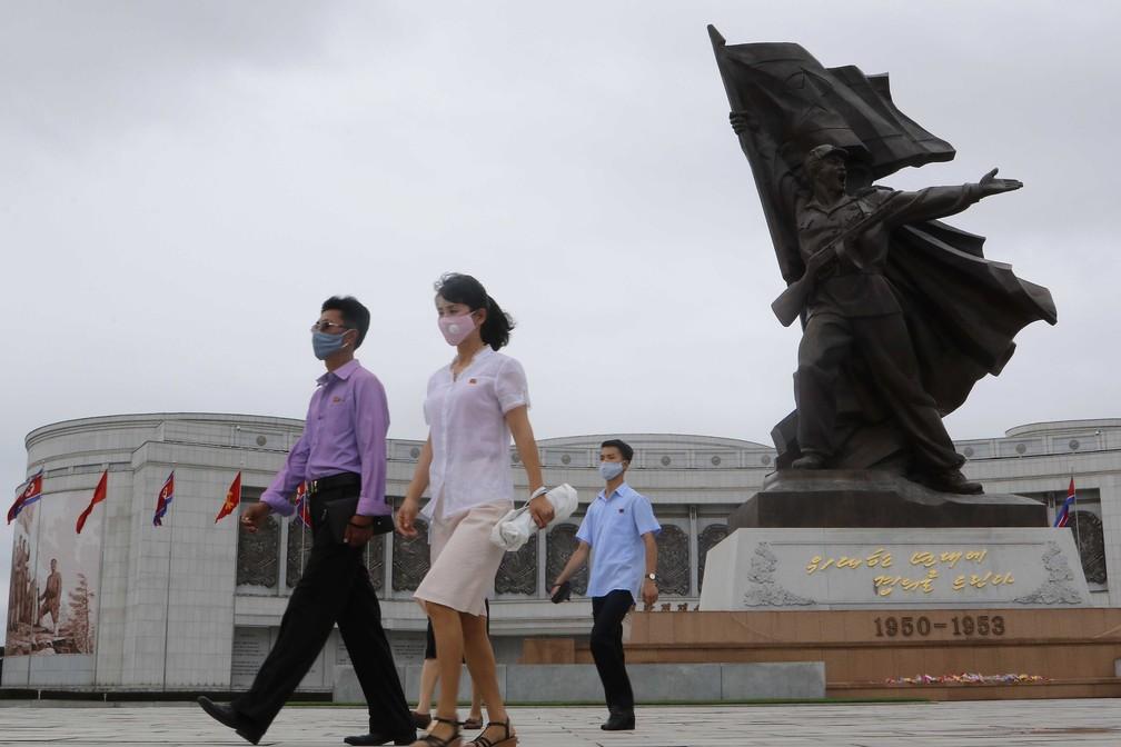 Com máscaras, norte-coreanos visitam museu em Pyongyang para comemorar o 67º aniversário do fim da Guerra da Coreia, celebrado no país como o Dia da Vitória na Guerra de Libertação da Pátria — Foto: Jon Chol Jin/AP
