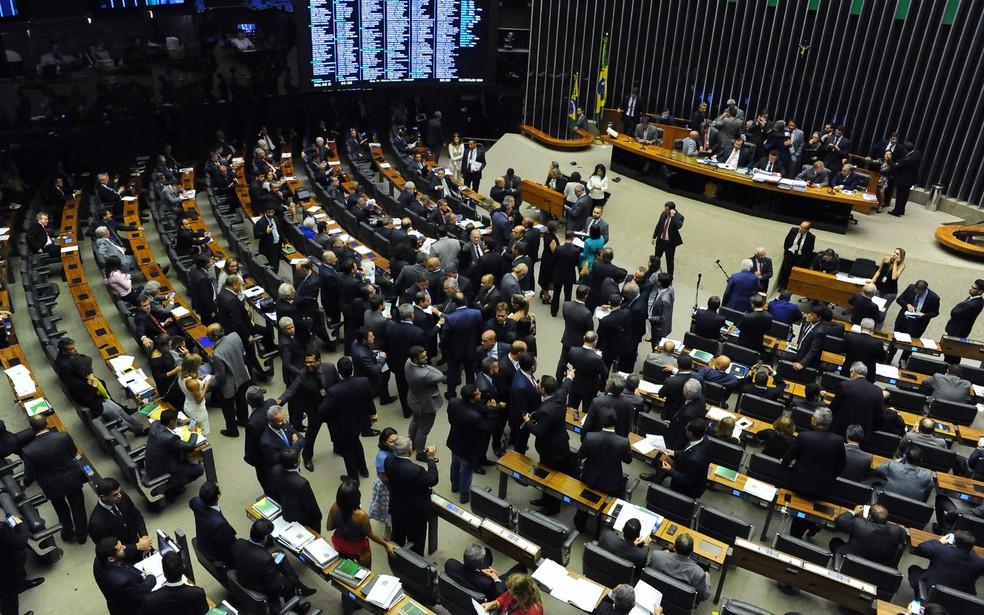 Imagem mostra os deputados reunidos em plenário durante a sessão desta terça (12) (Foto: Luis Macedo / Câmara dos Deputados)