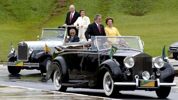 Luiz Inácio Lula da Silva e a primeira-dama Marisa Silva desfilam no Rolls-Royce na posse em 2007 (Foto: Agência Brasil)