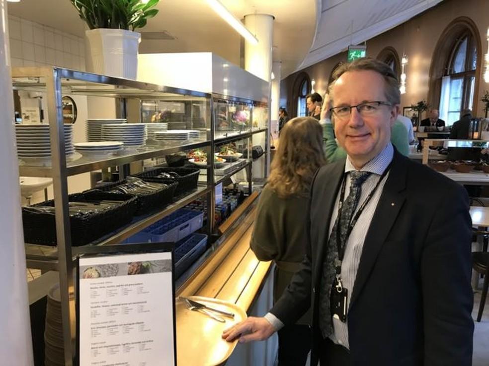 No país escandinavo, deputados como Per-Arne Håkansson encaram fila para almoçar no bandejão — Foto: JONAS ESBJÖRNSSON