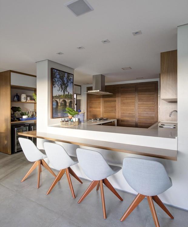 Livre de paredes que fechavam a cozinha, o chef da vez não fica mais isolado entre temperos e a bancada de quartzo (Foto: Rodrigo Melo/Divulgação)