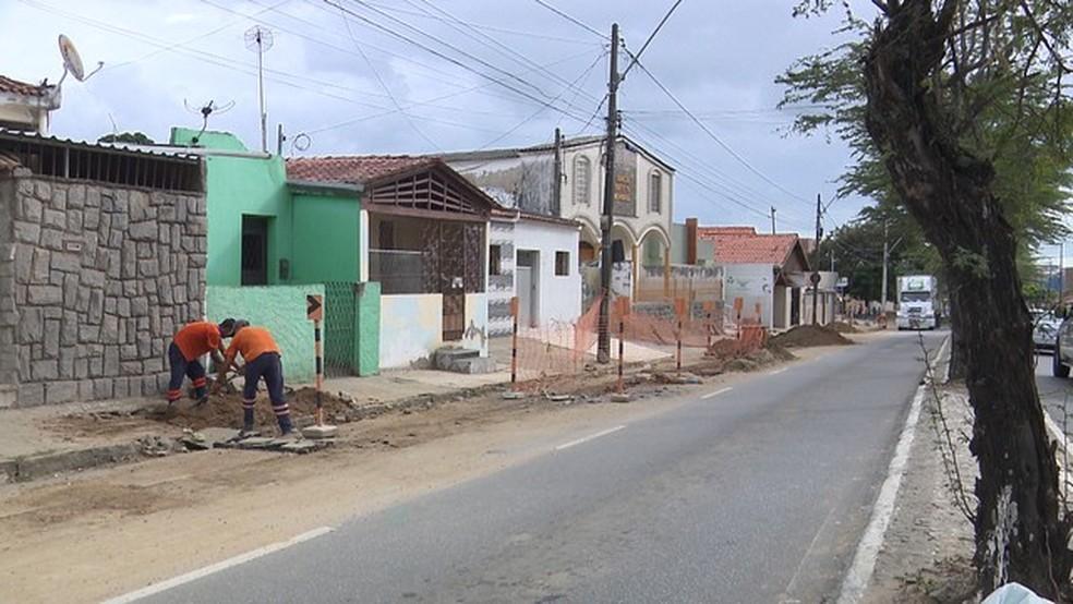 Mulher grávida foi atropelada por retroescavadeira na Avenida Almirante Barroso, no bairro do Cruzeiro, em Campina Grande (Foto: Reprodução/TV Paraíba/Arquivo)