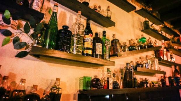 Bebidas dispostas no restaurante Vassoura Quebrada (Foto: Divulgação)