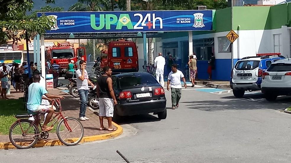 Pacientes são removidos de Unidade de Pronto Atendimento de Bertioga, SP, após incêndio. (Foto: Eduardo Magalhães/Arquivo Pessoal)