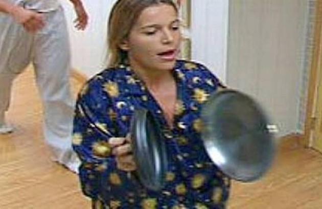 Um dos maiores barracos do 'BBB' foi protagonizado por Tina. Revoltada por ir ao paredão, ela bagunçou a roupas de todos os colegas e saiu pela casa batendo panelas e cantando (Foto: Reprodução)