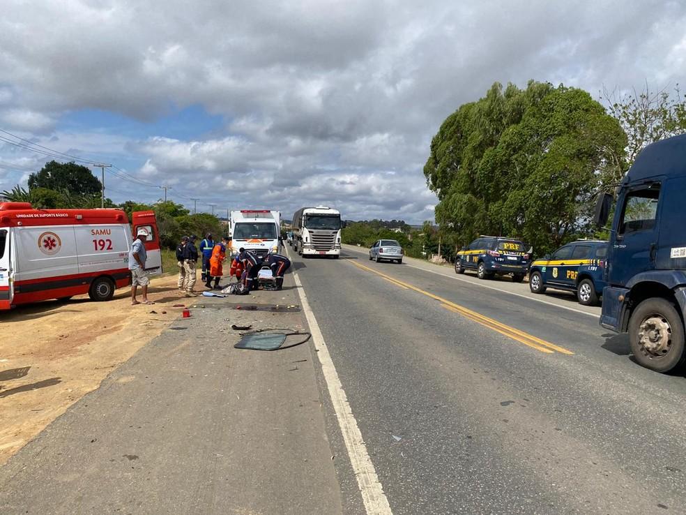 Batida entre dois carros deixa feridos na BR-116, no sudoeste da Bahia — Foto: Divulgação / PRF