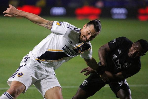 O jogador de futebol sueco Zlatan Ibrahimovic em ação pelo Los Angeles Galaxy (Foto: Getty Images)