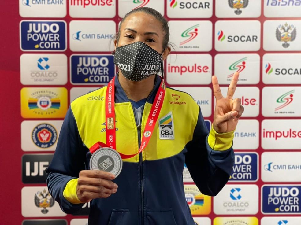 Ketleyn Quadros com a medalha de prata do Grand Slam de Kazan — Foto: Divulgação