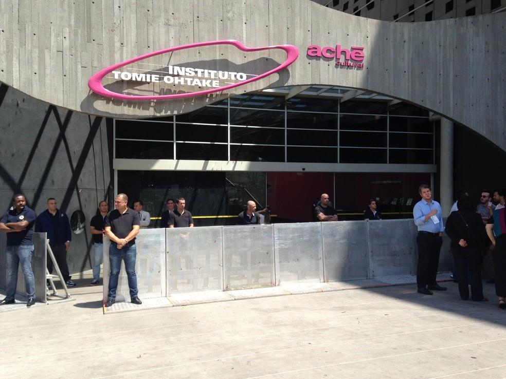 Administração do condomínio do Tomie Ohtake instalou barreiras físicas em frente ao prédio (Foto: Vanessa Fajardo/ G1)