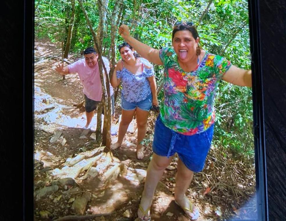 Emerson, Daphine e Áurea, em foto tirada pouco antes de serem arrastados pela cabeça d'água, na quarta-feira — Foto: Arquivo pessoal