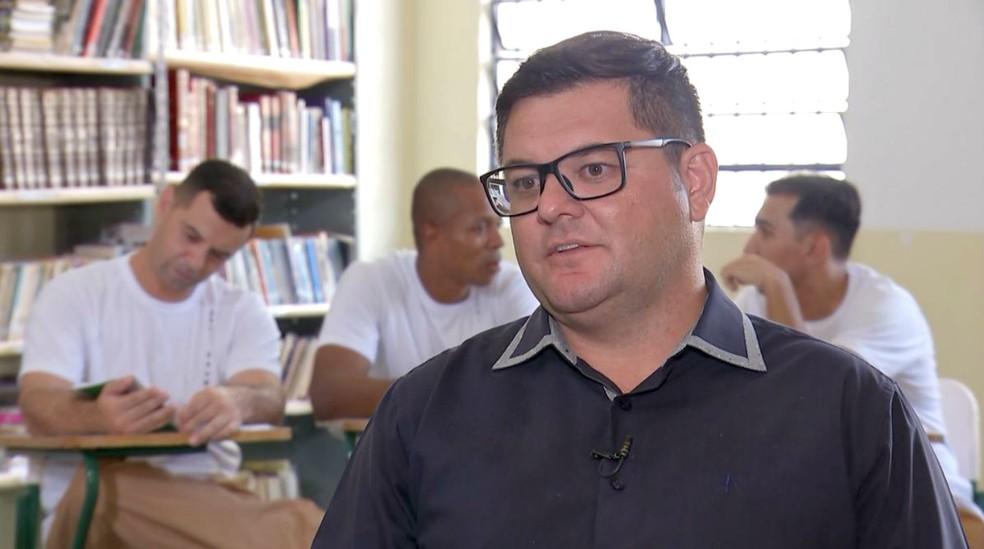João André Collela, diretor de Trabalho e Educação CPP-1 de Bauru, número de universitários é motivo de orgulho para a unidade prisional — Foto: TV TEM/Reprodução