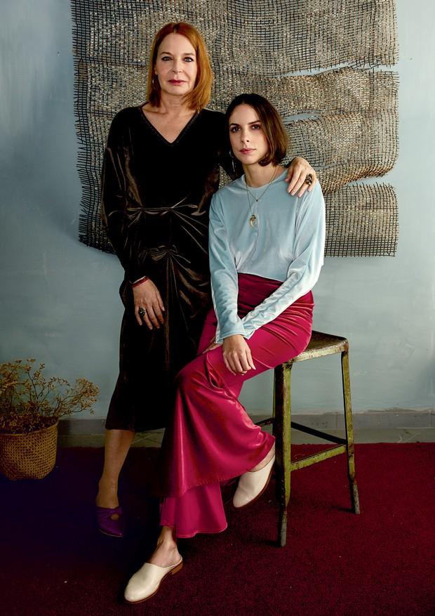 Fotografadas na loja Verniz, em São Paulo, Doris (em pé) usa vestido de veludo (R$ 600). Sua filha Babu veste camiseta (R$ 290) e saia (R$ 480), ambas de veludo, tudo da Sem Nome e Sem Data.  (Foto: Mariana Marão)