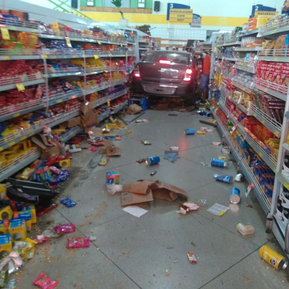 Motorista invadiu o supermercado e foi derrubando tudo pelo caminho (Foto: Arquivo pessoal)