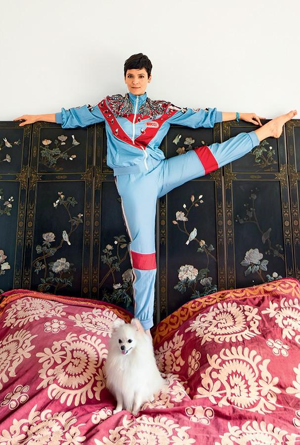 A beauty artist e sua Lulu da Pomerânia, Fufu, posam no quarto do apartamento onde ela mora com a filha, Pina, de 6 anos Vanessa veste jaqueta e calça, ambas Gucci (Foto: Romulo Fialdini)