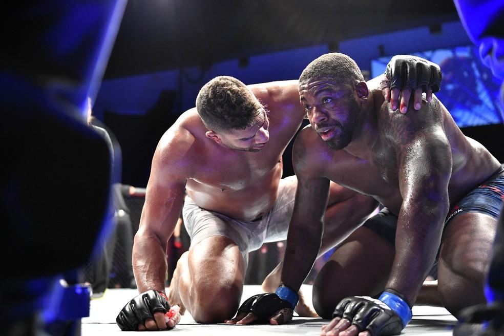 Alistair Overeem abraça Walt Harris após sua vitória no UFC em Jacksonville — Foto: Getty Images