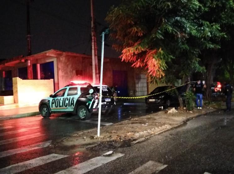 Passageiro é morto e motorista de app é baleado dentro de carro em Fortaleza