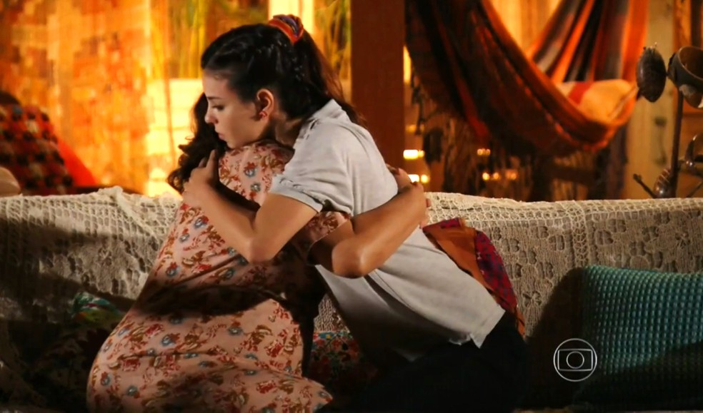 Amaralina (Sthefany Brito) diz a Olívia (Bete Mendes) que vai embora de Vila dos Ventos - 'Flor do Caribe' — Foto: Globo