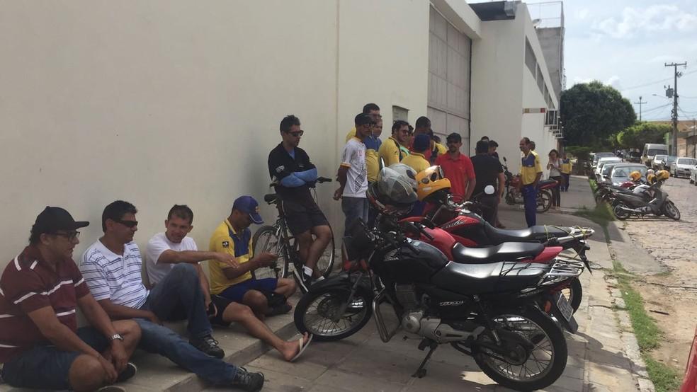 Trabalhadores dos Correios de Petrolina aderem à greve por tempo indeterminado (Foto: Leciane Lima/ TV Grande Rio )