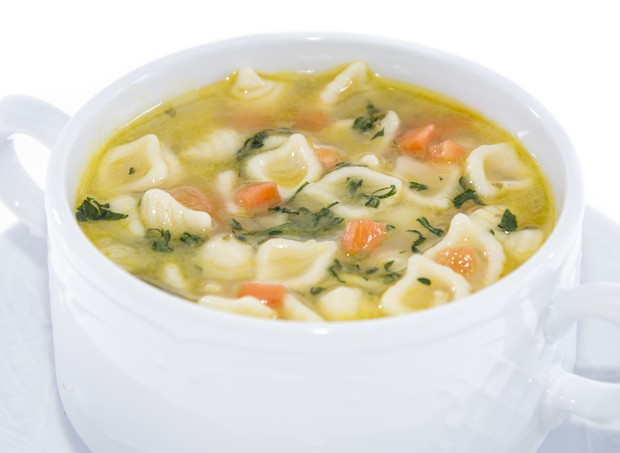 Portion of Soup isolated on white background (Foto: Getty Images/iStockphoto)