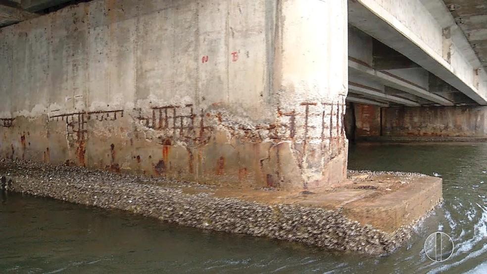 Pilares da ponte serão priorizados na obra emergencial, dado o desgaste — Foto: Reprodução/Flávio Muniz/Inter TV Cabugi